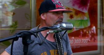 Колоритний музикант в центрі міста