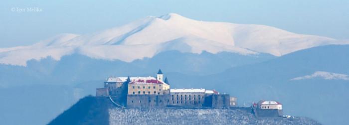 Мукачівський замок Паланок на фоні Полонини Боржава та гори Стій